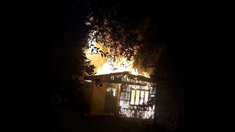 Casa incendeia ao ser atingida por raio em Arambaré