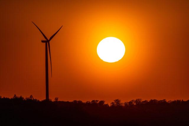 Sonnenuntergang neben Windrad 22.04.2020, Weilrod (Hessen): Die Sonne geht neben einem Windrad unter., Weilrod Deutschla