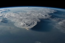 This image has an empty alt attribute; its file name is ISS-48_Thunderstorms_over_the_South_China_Sea-1024x682.jpg