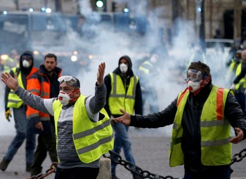 police clash with yellow vest protest