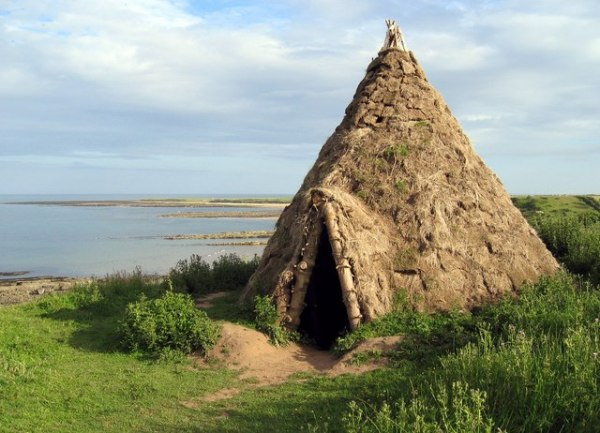 Reconstructed Mesolithic round-house. Replica of a 10,000 year old round-house which was excavated from a nearby cliff-top site.