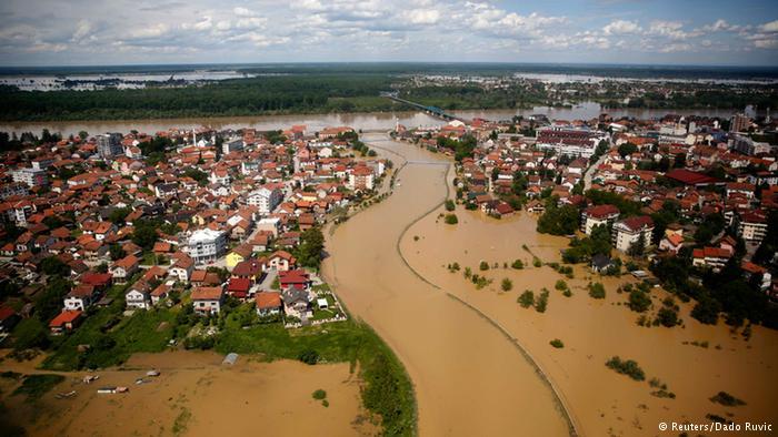 Wasser ohne Ende Nach den verheerenden Überschwemmungen bleibt die Lage in Serbien und Bosnien äußerst kritisch, insbesondere entlang des Flusses Save. In der Region waren in den vergangenen Tagen die heftigsten Regengüsse seit mehr als 120 Jahren niedergegangen.