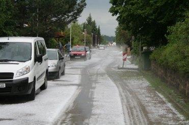 Weiß vonHagelkörnern ist eine Straße in Ansbach (Bayern) am 29.05.2016 nach einem Unwetter. Neben Hagel hatten schwere Regenfälle zu Überschwemmungen geführt. Foto:Mathias Neigenfind/dpa +++(c) dpa - Bildfunk+++