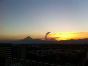 Vista de erupción desde Cd. Guatemala martes 1-3-16 630pm Foto. @anaalpirez