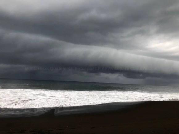 Hermosa nube cinturón (Shelf Cloud) vista en Monterrico, en el Pacífico de Guatemala