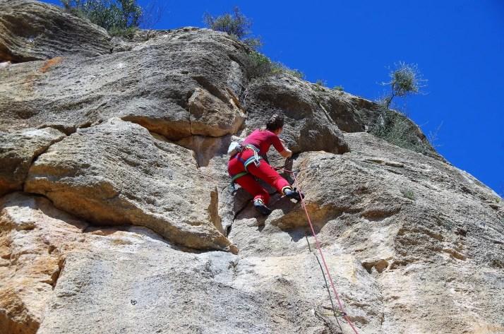 Wspinanie po drodze La Virgo (5+), Montesa, Hiszpania