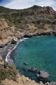 Malownicza zatoka w drodze na wspinanie na klifie w Agios Ioanis