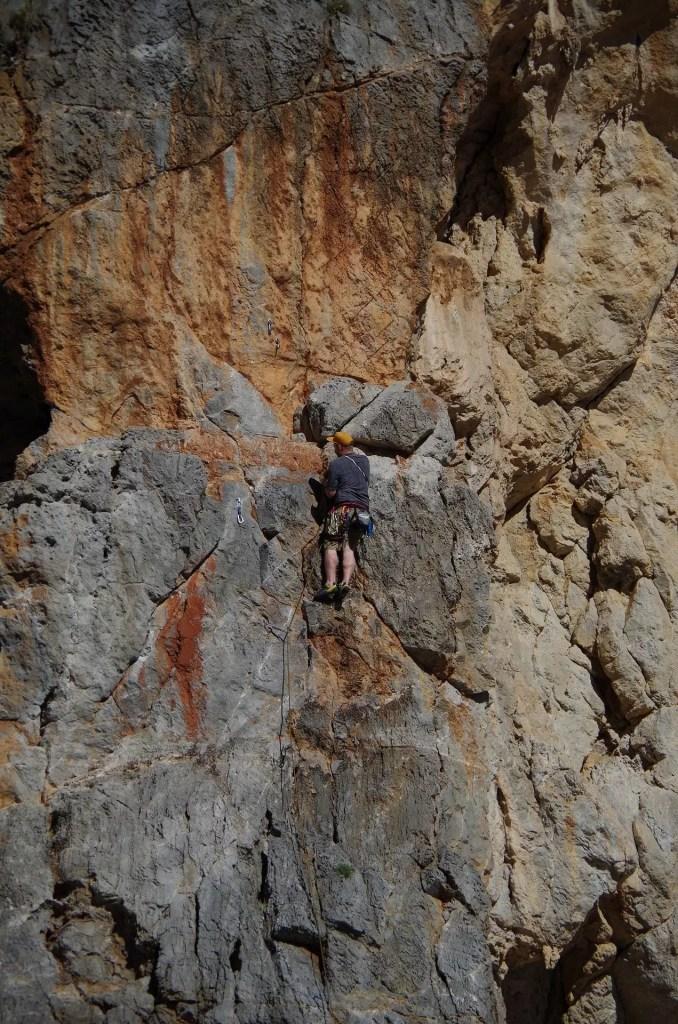 Wspinacz na drodze 5+ na Krecie w Wąwozie Agiofaragio