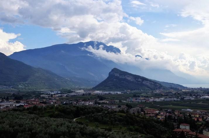 Widok z górnego stanowiska na jezioro Garda