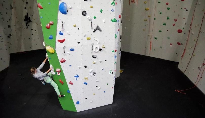 """Przed treningiem wspinaczkowym należy warto zrobić tak zwane """"trawersy"""" aby rozgrzać palce i stawy palców"""