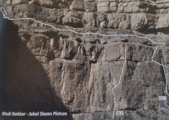 topo extrait du guide d'escalade d'Oman (voie E2.2, E2.1 ferrata)