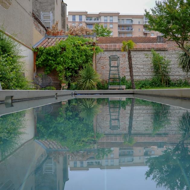 Mise en place d'un système de chauffage par panneaux solaire pour une piscine sur les toits.