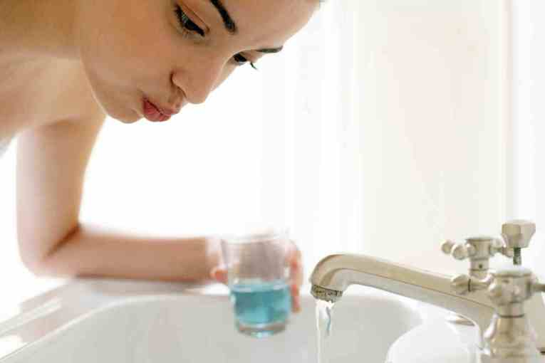 Agua-oxigenada-como-enjuague-bucal-3