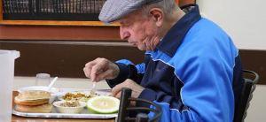 Una alimentación adecuada en el anciano contribuye a mejorar su calidad de vida.