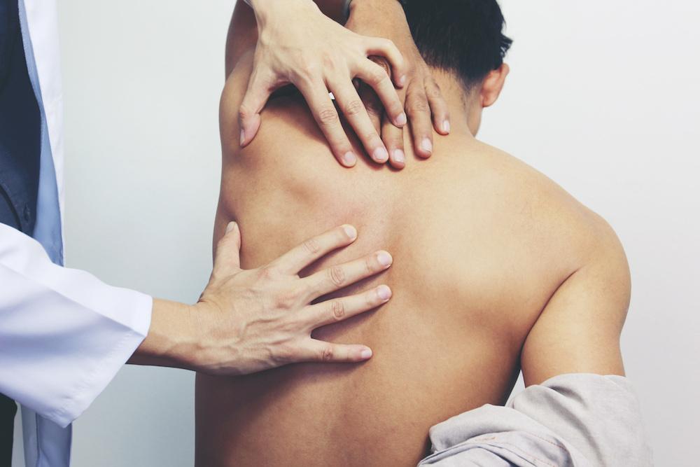 """A dor ciática é causada pela compreensão do nervo ciático e caracteriza-se por irradiar do fundo das costas. Manifesta-se, por norma, como uma pontada acompanhada por """"formigueiro"""" ou dificuldade em ficar sentado ou andar."""