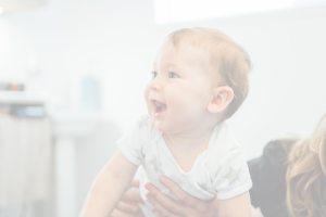 Bébé se faisant ajuster