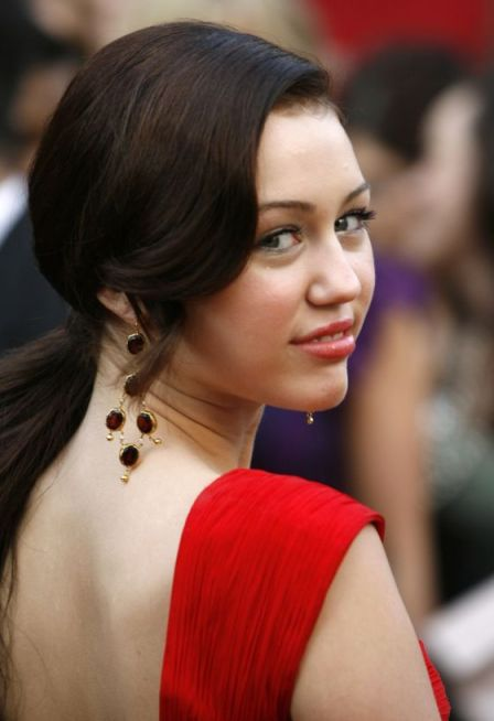 1324560235_miley-cyrus-2008-oscars-red-carpet-valentino-red-dress-7
