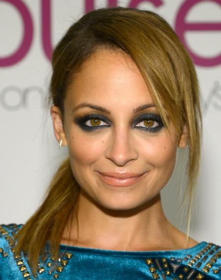 Nicole Richie ha fatto i compiti e sa che il blu fa risaltare i suoi occhi dorati