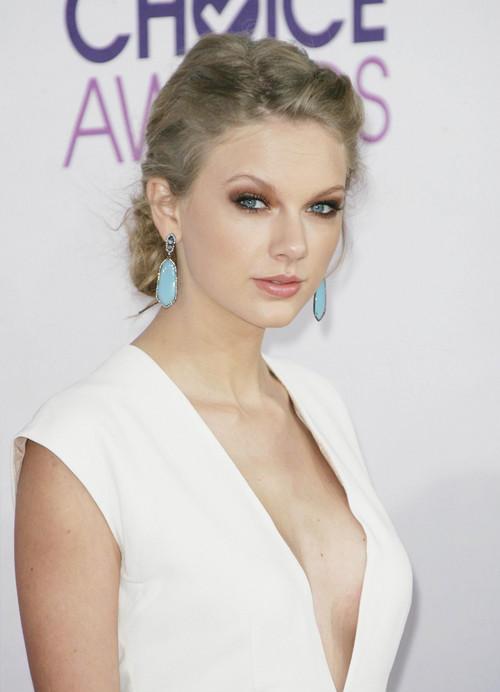 Taylor_Swift_dan_Demi_Lovato_Raih_Peoples_Choice_Awards_2014