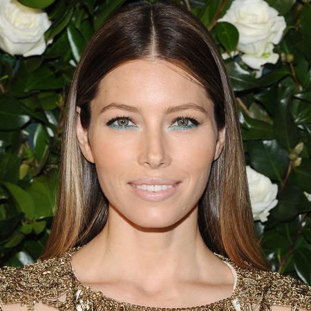 jessica-alba-blue-green-eye-makeup-glitter-eyeliner-christmas-makeup-trend