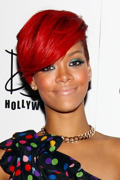 Rihanna: non sta MALE, ma le labbra spariscono, soprattutto vicino alle guance scurite da blush e bronzer