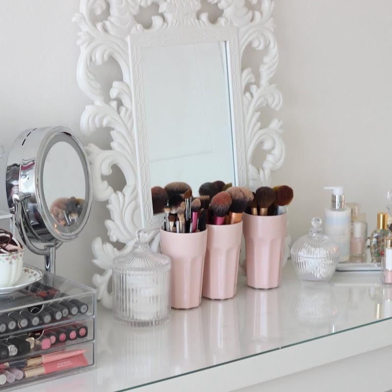 Il grande specchio riflette le immagini in modo chiaro senza distorsioni. Idee Postazione Trucco Fai Da Te