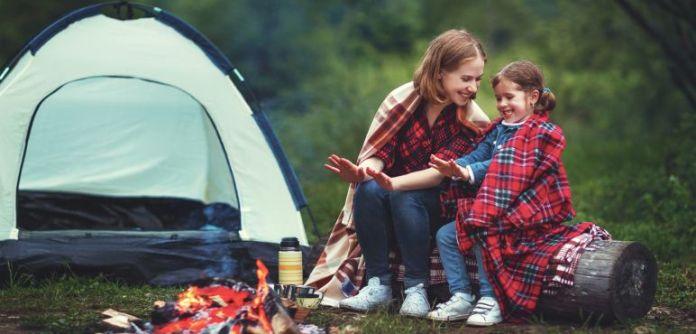 vacanze per single: genitori single in campeggio con i figli