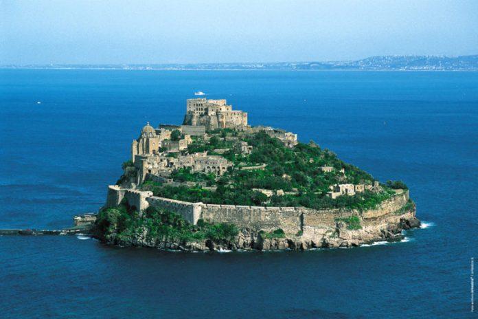 Una meta per il ponte dei morti 2019 potrebbe essere l'isola di Ischia con il suo mare, le sue acque termali e il castello Aragonese