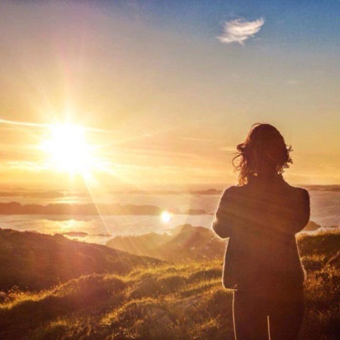 il sole di mezzanotte sui fiordi norvegesi