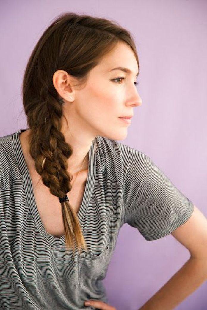 come pettinare i capelli con la mascherina: la treccia laterale garantisce un'acconciature sicura e chic