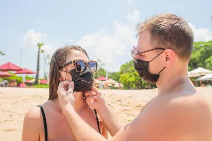 miti abbronzatura: la mascherina in cotone non protegge dai raggi UV