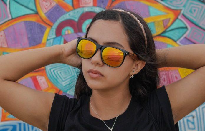 cliomakeup-occhiali-sole-lenti-colorate-6-specchio
