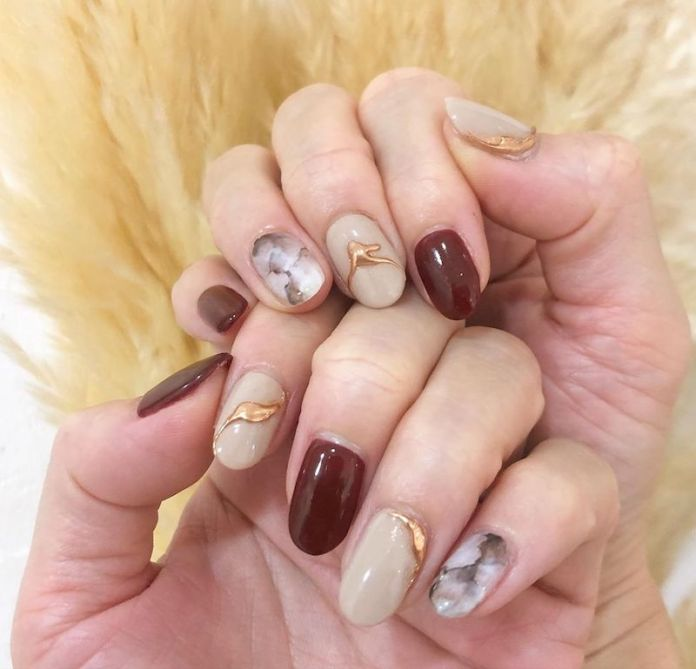cliomakeup-unghie-autunno-2020-marble-nails-teamclio-3