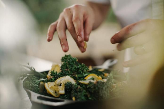 cliomakeup-ricetta-chips-cavolo-nero-insalata-vegan