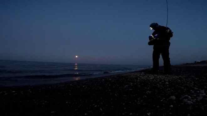 la luna che crea una scia luminosa sul mare