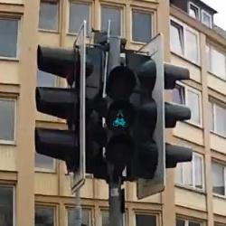 信号待ちしている間に道路の反対側の人と対戦ゲームがプレイできるドイツの信号機が超イカす!