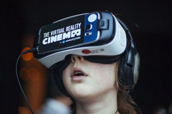Un niña mira una película en realidad virtual