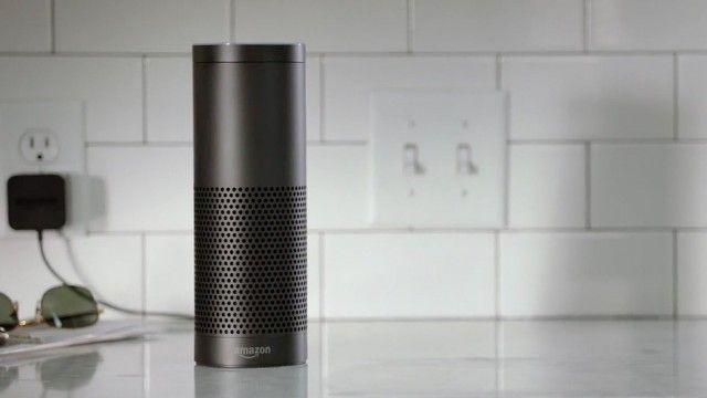 Este es Amazon Echo, con el asistente virtual Alexa conectada a internet