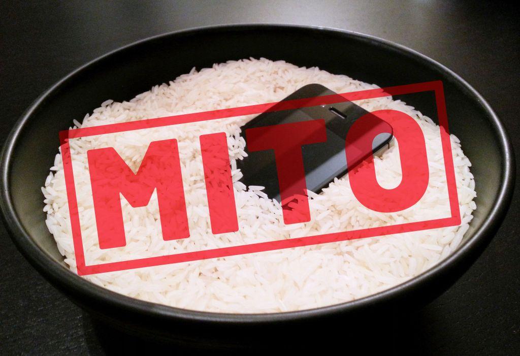 Teléfono sumergido en arroz para secarlo con la palabra Mito en grande