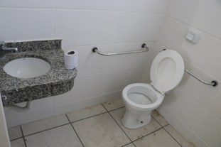 Sistema de acessibilidade para deficientes físicos, com rampas e banheiros adaptados