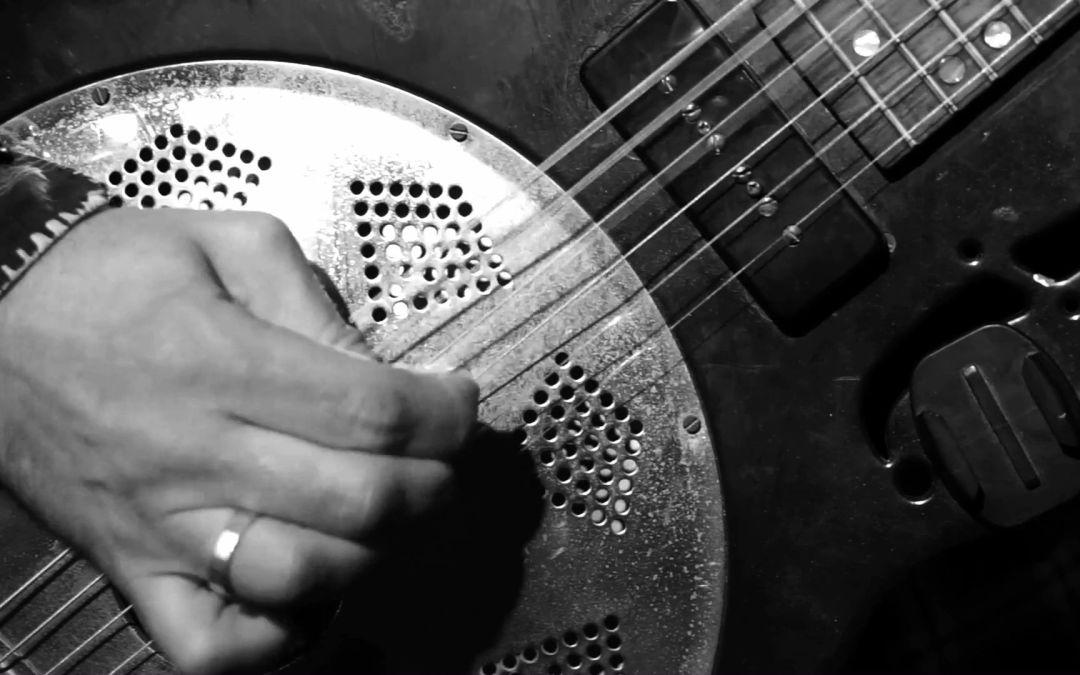 Comment est-ce qu'on joue sur la guitare le riff phantastique de la chanson «Love Baby».