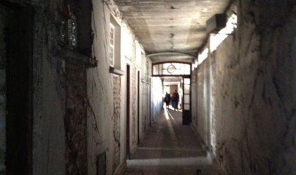 Largos y tenebrosos pasillos del hotel Posada del Sol (Foto: Close Up)