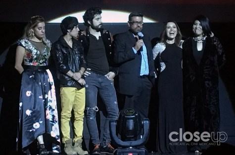 El elenco de Jirón de niebla y su director, Julio César Estrada.