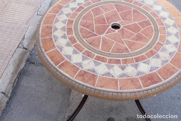mesa de jardin en hierro con tablero de azulejo  Comprar
