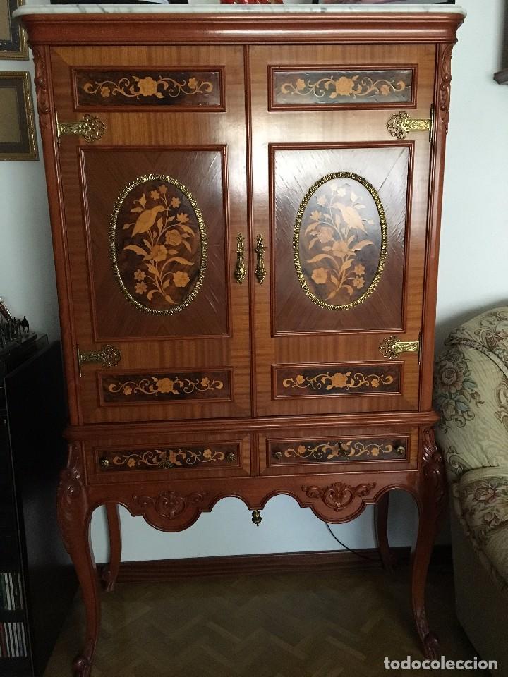 Kk antiguo mueble bar de madera tallado con ma  Vendido
