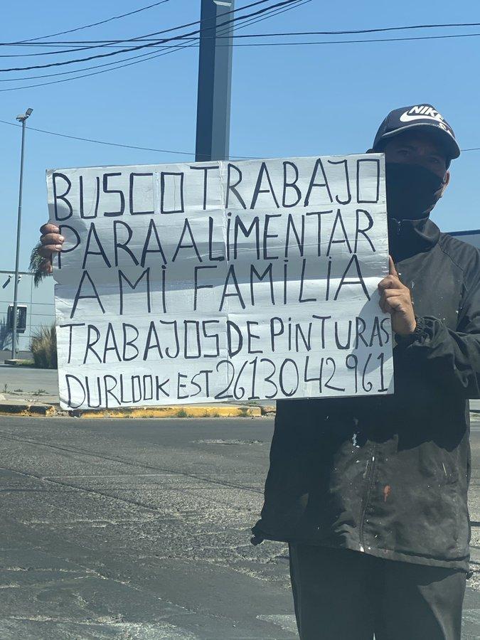 Sebastián hizo un cartel para pedir trabajo en uno de los lugares más concurridos de Godoy Cruz.