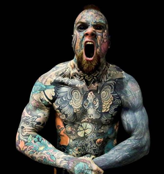 Sylvain Hélaine, conocido como Freaky Hoody en las redes sociales, es hombre récord en su país por sus tatuajes. Es maestro y causa estupor en su país por haberse rellenado los ojos con tinta negra.