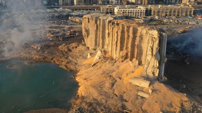El silo en escombros después de la mega explosión de tres kilotones en el puerto de Beirut, Líbano (Foto AP / Hussein Malla)