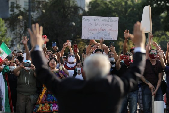 El presidente de México, Andrés Manuel López Obrador, saluda a sus seguidores mientras participa en una ceremonia de colocación de coronas de flores en el monumento conmemorativo de Benito Juárez en el centro de Washington DC, EE. UU., 8 de julio de 2020. Foto: (REUTERS / Carlos Barria)