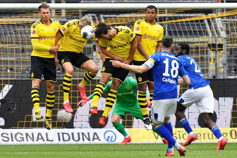 Borussia Dortmund's barrier avoids the goal danger (REUTERS)